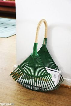 Kierrätystä ja 50-luvun tyyliä - kurkkaa vaatesuunnittelija Aija Rouhiaisen värikkääseen kotiin! Recycled Metal Art, Interior Decorating, Interior Design, Bath Decor, Cool Gifts, Metal Working, Diy And Crafts, Furniture Design, Yard Art