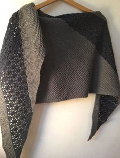 Gratis Model Zaria Schal in Camelia aus jener Valgaudemar Spinnerei Shawl Patterns, Knitting Patterns, Crochet Chart, Knit Crochet, Lucet, Scarf Hat, Knitting Accessories, Knitted Shawls, Baby Knitting