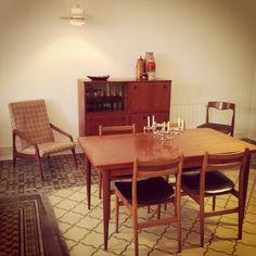 Conjunto mueble, mesa y sillas. Estilo nórdico