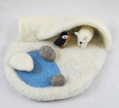 arctic needle felted play mat - cute idea, (though penguins don't live in the arctic) Wet Felting, Needle Felting, Felt Play Mat, Play Mats, Diy Tapis, Diy For Kids, Crafts For Kids, 3d Figures, Felt Books