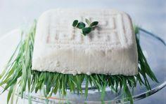 Helppo piimäjuusto / Home cheese / Kotiliesi.fi / Kuva/Photo: Ari Heinonen/Otavamedia Ricotta, Feta, Dairy, Cheese, Desserts, Summer Solstice, Waiting, Christmas, Tailgate Desserts