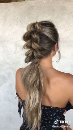 Bubble Braid Tutorial- Bubble Braid Tutorial After all, you can continue to experiment not only with the style of clothing, but also with hair. Braided Ponytail Hairstyles, Braided Hairstyles Tutorials, Easy Hairstyles For Long Hair, Braids For Short Hair, Box Braids, Braid Ponytail, Hairstyles Videos, Hairstyles For Working Out, Hairstyles 2018