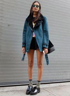 Look da modelo Gizele Oliveira com shorts preto e t-shirt preta.