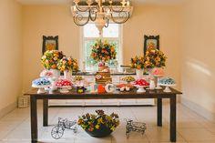 Mesa do bolo e doces em tons clarinhos   CasamentoLucianaeGustavo