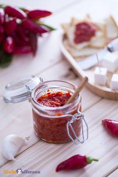 La crema di #peperoncini (red hot chili pepper spread) viene realizzata con peperoncini rossi e piccanti che conferiscono alla salsa il suo tipico colore rosso fuoco! #SanValentino #GialloZafferano #ricetta #italianrecipe #italianfood #ValentinesDay http://speciali.giallozafferano.it/san-valentino