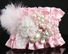 Ramillete de la muñeca novia de rubor rosado y blanco con joyas, piedras, plumas y perlas