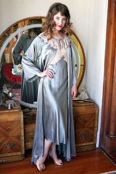 This luxurious vintage 70s peignoir and gown set is an original sample designed by Lynne Green for Lady Lynne, and it is an absolute stunner. Flowing blue-gray silk satin shimmers intensely, draping…
