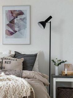 Dormitorio cálido con texturas en lana y algodón y colores crudo, gris y marrón. Foto: Decouvrirlendroitdudecor