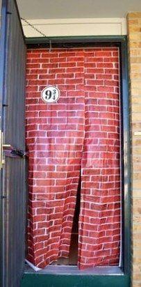 Accrochez un drap imprimé avec un mur en briques dans l'encadrement de la porte pour faire une entrée parfaite vers la voie 9 ¾. | 25 idées magiques pour organiser une fête Harry Potter parfaite