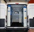 Un esempio di allestimento per Peugeot Boxer sui due lati, con tante valigette portaminuterie.
