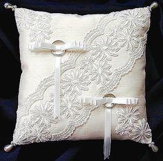 ateliersarah's ring pillow – Pillows Wedding Ring Cushion, Wedding Pillows, Cushion Ring, Ring Bearer Pillows, Ring Pillows, Wedding Dress Quilt, Flower Girl Basket, Wedding Crafts, Bridal Accessories