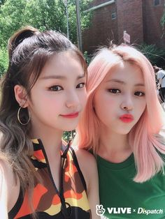 DISPATCH shared ITZY's selca during the photoshoot collaboration on their VLive Homepage Kpop Girl Groups, Korean Girl Groups, Kpop Girls, New Girl, Girl Crushes, Asian Girl, Celebrities, Pretty, Beauty