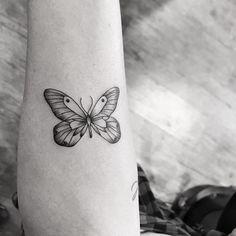 Tatuagem de borboleta delicada criada por Pink Becker. #tattoo #tatuagem #art #arte #delicada #fofa #sweet #borboleta