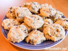 """""""Snadderkaker"""" er nydelige småkaker med sjokolade, mandler og rosiner! Spis dem nystekte og fortsatt litt varme med et glass melk, og du har verdens beste snaddermat! Oppskriften gir 60 stk. Cheesecakes, Potato Salad, Cauliflower, Muffin, Goodies, Food And Drink, Sweets, Baking, Vegetables"""