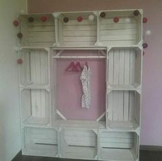 como hacer un closet de huacales Diy Furniture, Bedroom Decor, Closet Bedroom, Girls Bedroom, Diy Home Decor, Pallet Closet, Violin Case, Doll Closet, Wood Crates