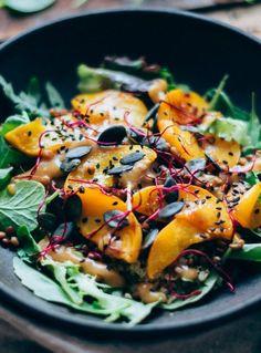 Una de las ensaladas más deliciosas y saludables del mundo! Melocotones asados, quinoa, hojas verdes y un aliño de limón y miso fantástico! Esta ensalada te va a ENAMORAR! Receta de ensaladas. #ensalada #vegetariana #vegana #melocotones #quinoa | deliciaskitchen.com Paella, Ethnic Recipes, Food, World, Quinoa Salad, Beets, Lentils, Vegetarian Recipes, Pumpkins