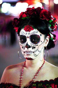 Muchas mujeres se visten como catrinas durante los celebracions de Día de  los Muertos. Catrinas