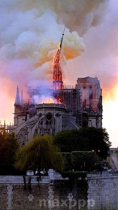 Incendie de Notre Dame Notre Dame de Paris Cathedral on fire and here the spire of Viollet-le-Duc carried by the flames, after 160 years at almost 100 meters above the roofs of Paris. Flatiron Building, Tour Eiffel, Saint Chapelle, Places Around The World, Around The Worlds, Ile Saint Louis, Beautiful Paris, Cathedral Church, Times Square