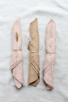 Beautiful soft blush colored napkins with simpel string and dried grasses. Napkins from Gabrielle Paris in our webshop Wedding Napkins, Wedding Table, Christmas Tree Napkin Fold, Wedding Decorations, Table Decorations, Deco Floral, Christmas Table Settings, Linen Napkins, Minimalist Wedding