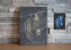 Dieses Wandbild wurde mit der eigenen Wasserstrahlanlage aus einer Keramikplatte erstellt und mit selbstleuchtendem Epoxidharz befüllt. Ladet sich im Licht auf und leuchtet in der Dunkelheit. #Häusler #Zebra #deko #kreativ #keramikplatte #outdoorkeramik #dekoauskeramikplatte #Wandbild #LeuchtendesWandbild #Leuchtetimdunkeln #leuchtet #Epoxidharz Decoration, Creative, Gallery, Cover, Books, Portrait, Candle, Ceramic Plates, Spot Lights