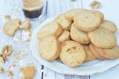 Breng een stukje Belgie eens naar je oven en bak deze heerlijke speculoos koekjes. Met dit recept bak je er zo'n 40. Een volle trommel om uit te delen.