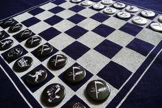 *Schachmatte To Go ;-))*    *Schachspiel auf Picknickdecke, mit Buttons als Spielfiguren*    Sie spielen gerne Schach, finden das Brett aber zu gewich