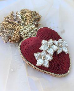 Брошь из бисера и пайеток Любовь-Морковь. Объёмная вышивка, золотое шитьё #бисер #beadjewelry #beadbrooche
