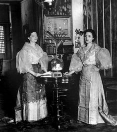 Young Spanish mestizo women in native dress inside a pleasant Filipino home, Ermita, Manila, Philippines, 1899 Philippines Fashion, Philippines Culture, Manila Philippines, Filipiniana Dress, Filipiniana Wedding, Art Nouveau, Filipino Fashion, Philippine Women, Filipino Culture