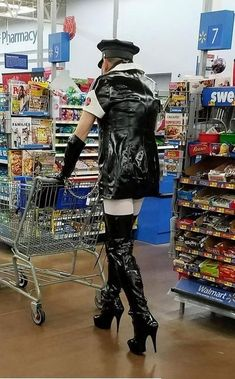 20 Freakingly Crazy People Of Walmart - Slydor - Your Daily Dose Of Fun. Funny Walmart Pictures, Walmart Funny, Funny People Pictures, Funny Pics, Walmart Pics, Fail Pictures, Funny Memes, Memes Humor, Weird People At Walmart