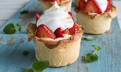 Denne minipaien med jordbær, marengs og vaniljekrem lager du enkelt med frossen butterdeig på en halvtime. En raskere jordbærpai må du lete lenge etter!