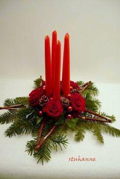 centre de table en forme d'étoile                                                                                                                                                                                 Plus Christmas Time, Christmas Wreaths, Christmas Decorations, Xmas, Christmas Ornaments, Holiday Decor, Deco Floral, Arte Floral, Art Floral Noel