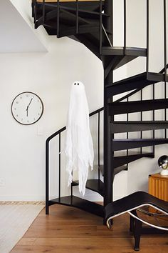 Dear People Who Are Huge Nerds About Halloween Like I Am, Last year, my mother made me a little handmade ghost and sent it to me in the mail. I have no idea what inspired her to make this, but I wa… Casa Halloween, Halloween Photos, Halloween Party, Halloween Night, Halloween Decorations, Halloween Entertaining, A Frame House, Pretty Room, Dream Rooms