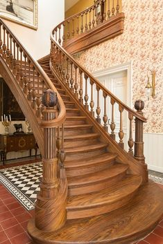 Wooden stairs are luxurious and elegant. Check out these 21 wooden stairs designs that are absolutely mesmerizing and inspiring! Wooden Staircase Railing, Luxury Staircase, Wooden Stairs, Modern Staircase, Grand Staircase, Banisters, Grande Cage D'escalier, Escalier Art, Flur Design