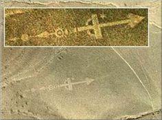 Auf Lanzarote, am Fuße des Gebirgszuges Los Ajaches, kann man mit Google Earth eine rätselhafte Geoglyphe sehen. Es stellt ein 100 Meter langes Pfeilgebilde dar, dessen Position mittig: 28°53&#8217…