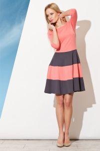 Rozkloszowana sukienka w pasy dostępna w sklepie internetowym GrandeSaldi.