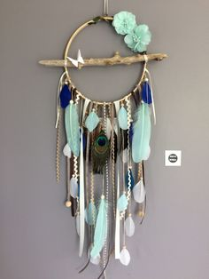 ▷ Tinker ideas for dream catchers - learn more about the Indian tradition - Untreated wood dream catcher with many painted feathers - Dreams Catcher, Los Dreamcatchers, Diy And Crafts, Arts And Crafts, Diy Tumblr, Feather Dream Catcher, Creation Deco, Feather Painting, Wooden Beads