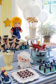A decoradora Fabiana Moura preparou uma linda festinha com o tema Pequeno Principe para o Rafael. Em tons pastel, a mesa de doces ficou um charme. Vem ver