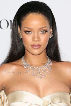 See beauty chameleon Rihanna switch up her 'do yet again with a bright blue hair debut just in time for Crop Over. Beauty Kit, Beauty Hacks, Looks Rihanna, Bushy Eyebrows, Jenifer Lawrence, Rihanna Fenty, Rihanna Makeup, Bad Gal, Beauty Regimen