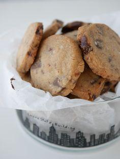 Mördegskakor med choklad och havssalt | Brinken bakar Cookie Desserts, Chocolate Desserts, Chocolate Chip Cookies, Sweet Recipes, Cake Recipes, Dessert Recipes, Swedish Recipes, Bagan, Grandma Cookies