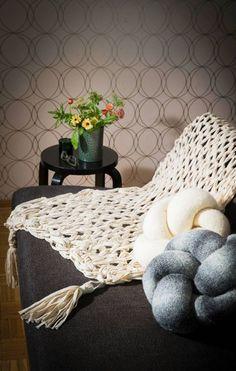 Neulo peitto hauskoilla tupsuilla ilman puikkoja – katso helppo ohje käsivarsineulontaan! - Kotiliesi.fi Afghan Blanket, Afghans, Blankets, Crochet Blankets, Blanket, Cover, Comforters