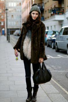25 Most Popular Winter Street Style Outfit Ideas for Women Fashion Weeks, Look Fashion, Fashion Outfits, Fashion Trends, Fashion Black, Funky Outfits, Fur Fashion, Female Fashion, Paris Fashion
