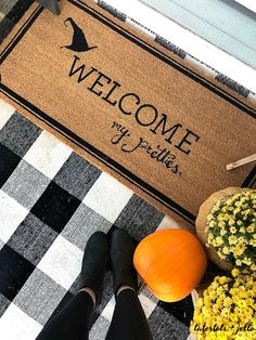 Welcome My Pretties how to create a Halloween Theme Porch! Welcome My Pretties Witch Halloween Porch. How to create a themed Halloween porch for your home with DIY projects! Source by somewhatsimple Halloween 2018, Pretty Halloween, Couple Halloween Costumes, Spooky Halloween, Diy Halloween Signs, Happy Halloween, Halloween Porch Decorations, Halloween Home Decor, Halloween House