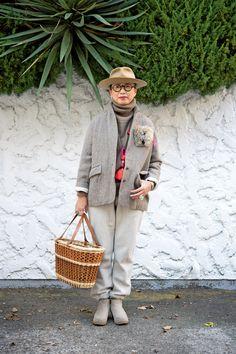 50代からのおしゃれ学。こなれた雰囲気を醸し出す冬小物3選 | 服飾ディレクター岡本敬子さん提案「好きな服を自由に着る!」 | mi-mollet(ミモレ) | 明日の私は、もっと楽しい Tight Crop Top, Granny Chic, Androgynous Fashion, Advanced Style, Lady Grey, Japan Fashion, Personal Style, Cool Outfits, Winter Fashion