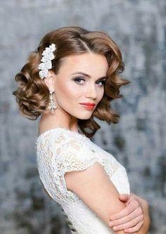 braut mit hübscher frisur im retro stil und effektvollem make up