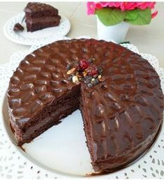 Bu pastayı kimlerle yemek isterdiniz ➖➖➖➖➖➖➖➖➖➖➖➖➖➖ CİKOLATALİ PASTA Pandispanya icin 4 yumurta 1 su bardagi seker 1 su bardagi+1 yemek kasigi un 1paket kabartma tozu 1 paket kakao(25 gr) Ara kremasi icin: 4 su bardagi sut 1 su bardagindan bir parmak eksik seker 1 su bardagindan iki parmak eksik un 3 yemek kasigi kakao 1 yumurta sarisi 1 yemek kasigi damla cikolata veya diger cikolatalardan 1 tatli kasigi tereyag Ganaj icin 200 gr sut kremasi 200 gr cikolata( ben bitter ve sutlu karisi...