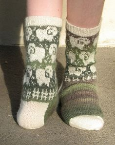 Christallinettes project of pattern 'Sheep May Safely Graze by Caoua Coffee Knit Mittens, Knitting Socks, Knitted Hats, Knitting Designs, Knitting Projects, Laine Rowan, Fair Isle Knitting, Cool Socks, Knit Or Crochet