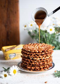 Kesä on herkuttelun parasta aikaa ja mikä on sen parempaa kuin vohvelit.… Yams, Caramel Apples, Waffles, Sweets, Baking, Breakfast, Desserts, Recipes, Food