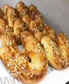 "77 Beğenme, 12 Yorum - Instagram'da Burcu Karaaslan (@parlarasgezegeni): ""Mahlepli kıyır kurabiye👏🏻👏🏻 1 yumurta 1çay bardağı pudra şekeri 1 bardak sıvıyağ 150 gr kadar…"" Snack Recipes, Dessert Recipes, Cooking Recipes, Snacks, Desserts, Turkey Cake, Brownie Cookies, Pastry Recipes, Pretzel Bites"