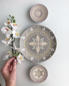 Dot Art Painting, Pottery Painting, Ceramic Painting, Islamic Art Pattern, Pattern Art, School Holiday Crafts, Hand Work Design, Mandala Art Lesson, Wall Art Pictures
