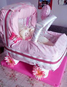 Diy Diaper cake bassinet with diaper baby Diy Diaper Cake, Diy Diapers, Bassinet, Baby Car Seats, Gym Bag, Baby Shower, Random, Children, Bags